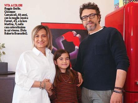 ??  ?? VITA A COLORI Reggio Emilia. Giuseppe Camuncoli, 46 anni, con la moglie Jessica Ferreri, 45, e la loro Martina, 9, nella casa coloratissima in cui vivono. (Foto Roberto Brancolini).