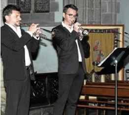 ??  ?? Les trompettistes Alexandre Jolly (à gauche) et Gaëtan Manchon ont répondu aux mélodies de l'orgue.