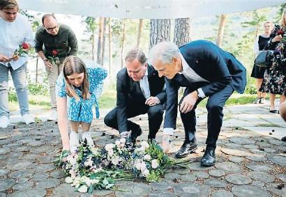 ??  ?? Stefan Löfven, premier sueco, ayer entre el líder laborista noruego, Jonas Gahr Støre, y una militante