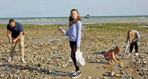 ??  ?? Millie Harper Bailey and her family clean up the beach in Worthing