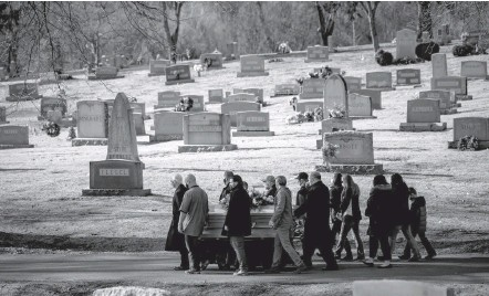 ?? SALWAN GEORGES/THE WASHINGTON POST ?? A family carries the casket of a covid victim, who died in his 50s, at a Hagerstown, Md., cemetery in January. Almost three-fourths of the decline in U.S. life expectancy last year is attributed to deaths from covid-19, according to the National Center for Health Statistics.