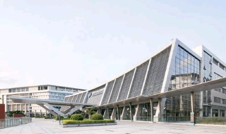 ??  ?? 港大深圳医院设计了类似交通枢纽建筑的双首层系统。