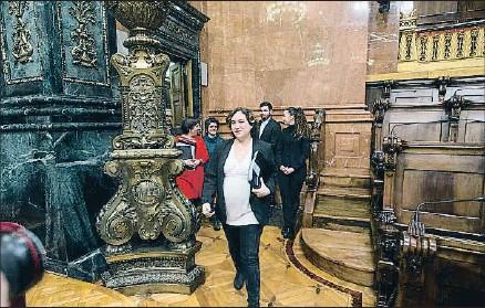 ?? XAVIER GÓMEZ / ARCHIVO ?? La alcaldesa Ada Colau tuvo que interrumpir el permiso maternal para acudir a los plenos