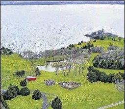 ??  ?? Fronting Lake Ray Hubbard, the 2-plus-acre property at 127 Candlelite Trail in Heath is offered at $2.5 million.