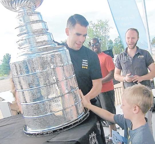 ??  ?? Pascal Dupuis a amené la coupe Stanley à Blainville, où il réside.