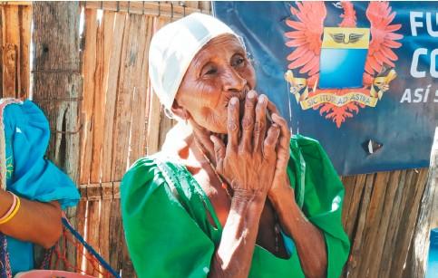 ??  ?? En febrero de 2020, Piorrira Pushaina, con 65 años, de la ranchería Wayutpa en Uribia, participó por primera vez en las jornadas de voluntariado y ayuda. En un comienzo no creía que pudieran hacer algo por ella y su familia. Al final acompañó la jornada de siete días y prometió llegar puntual a la próxima.