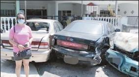 ??  ?? 顏麗珠指在聽到巨響聲后到屋外探個究竟,驚見轎車遭撞毀。