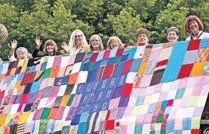 ??  ?? Patchwork pals Prince Charles and Camilla unveiled this stunning knitted art installation