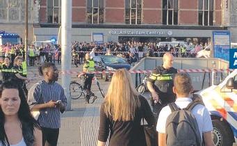 ?? MASSIMA ALLERTA ?? Sopra, l'auto che ha causato il panico ad Amsterdam. A sinistra, la zona dell'incidente, davanti alla stazione ferroviaria. La macchina era in divieto: quando la polizia s'è avvicinata, il veicolo è partito improvvisamente [Twitter]