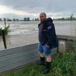 """?? FOTO RR ?? """"Als de dijk in Heppeneert breekt, dan gaat heel Maaseik mee"""", zegt onze collega Steven Verlaak die aan de Maas woont."""