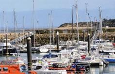 ??  ?? Il flotte un sentiment de bout du monde sur le port de L'Herbaudière, à la pointe du golfe de Gascogne. Entre les boutiques de souvenirs, les bars et les brasseries se cache La Marine, acquise par les parents d'Alexandre Couillon en 1982 et baptisée alors Le Café du port.