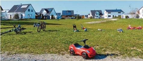 ?? Foto: Steffi Brand ?? Die Grünfläche mitten im Allmannshofer Baugebiet Kirchsteig I dient den Kindern als Spielfläche. Wird der geänderte Bebauungsplan umgesetzt, entstehen im rechten Teil der Grünfläche drei Baugrundstücke.