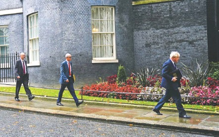 ?? VICTORIA JONES/ASSOCIATED PRESS ?? Chief Medical Officer Chris Whitty, chief scientific adviser Patrick Vallance and British Prime Minister Boris Johnson on Tuesday.