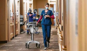 ?? Godofredo A. Vásquez / Staff photographer ?? Registered nurse Carson Pyle pulls an EKG machine at Houston Methodist. Texas hospitals, already facing an increase in patients, are losing nurses to higher pay.