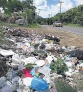 ??  ?? Daños. Vecinos aseguran que personas de otro sector llegan a depositar la basura.