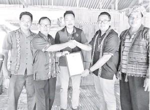 ??  ?? PENYERAHAN sijil Penetapan KRT Rugading dari Nasiruddin Ahmad.