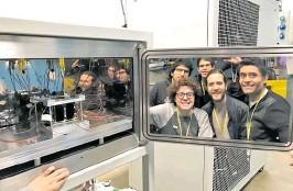 ?? FOTOS PRENSA LIBRE: PROYECTO CUBESAT ?? Quetzal-1, dentro de la cámara de termovacío, en el laboratorio Leonardo UK. En la puerta de la cámara se reflejan los integrantes del equipo CubeSat que realizaron las pruebas.