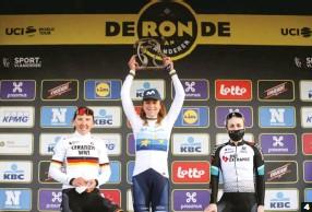 ??  ?? 4 Coronada. Brennauer y Brown, testigos de la victoria de la estrella del Movistar Team en el Tour de Flandes.