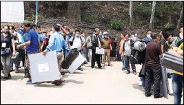 ??  ?? Polling personnel depart for respective stations in Kalimpong