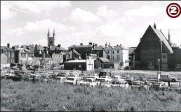 ??  ?? 1972 - A splendid view taken from Apsley Street illustrating the town beyond Bank Street in the background with the former Methodist Church (centre) and Hempsted Street (foreground) being used as a temporary car park, on land where houses once stood. The church of St Mary the Virgin can be seen in the background