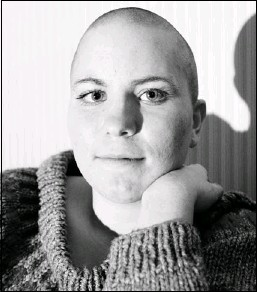 ?? Trevor Hagan, Winnipeg Free Press ?? Reader applauds Stephanie Lozinski, seen here with the shaved look that cost her a waitressing job in Winnipeg. Lozinski shaved her head to support her uncle, who is battling cancer.