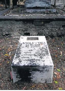 ??  ?? La tumba de la pequeña Violette, fallecida en 1959 con un mes de vida.