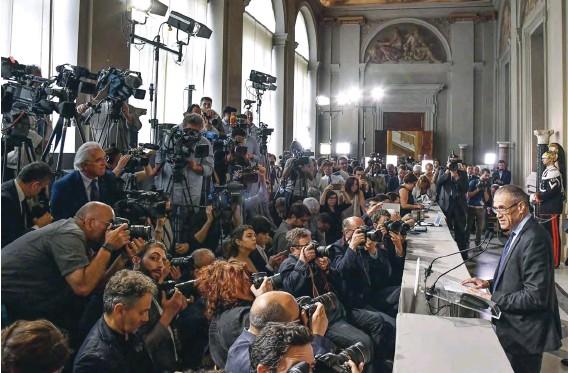 """??  ?? """"M. AUSTéRITé"""" Carlo Cottarelli a été nommé à la tête d'un gouvernement """"technique"""" par le président de la République, Sergio Mattarella, en attendant de nouvelles élections, en 2019. Ici, au Palais du Quirinal, à Rome, le 28 mai."""