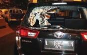 ?? JOS RIZAL/JAWA POS ?? KACA PECAH: Mobil Kijang Innova yang menyerempet supeltas. Jendela belakang bolong karena dilempar benda keras.