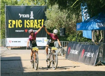 ??  ?? above Pendrel and Smith take the overall win at the 2019 Epic Israel right Smith and Pendrel at the finish of the 2019 world championships, Mont-sainteAnne, Que.