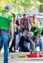 ??  ?? Untersuchung am Tatort in Lübeck: In dem Rucksack des 34jährigen Täters Ali D. fanden Ermittler Brandbeschleuniger.