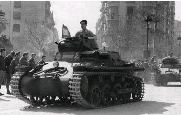 ??  ?? SOLDADOS SOBRE RUEDAS. En febrero de 1939, las tropas franquistas festejaron el triunfo de la conquista de Girona por las calles de Barcelona con el desfile de un grupo de Panzer I (abajo, en la foto) –de origen alemán, adscritos a la Legión...