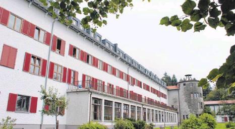 ?? ARCHIVFOTO: OLAF WINKLER ?? Etwas abseits in Ellgassen liegt das große alte Haus, das vielen Lindenbergern noch als der Eisenbahn-Waisenhort bekannt ist. Vor 80 Jahren – im Mai 1936 – fand die feierliche Einweihung statt. 2003 wurde die Einrichtung geschlossen. Seit 2004 gehört...