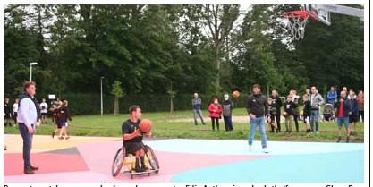 ?? FOTO IVANELEGEERT ?? De eerste match was weggelegd voor burgemeester Filip Antheunis en basketbalfenomenen Glenn De Roos en Sam Van Rossom.