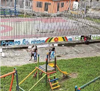 ?? SANTIAGO SALDARRIAGA /ADN ?? Parque del barrio Julio Rincón, donde la bebé fue herida. Policía pintó mural por la niñez.