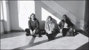 ??  ?? Mariana, Matilde y Rocío descansando luego de una jornada de trabajo en el local