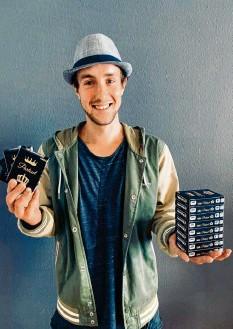 ?? Foto: Sammlung Dußler ?? Der aus Westheim stammende Bayernliga‰Fußballer Adrian Dußler hat während der Corona‰Pause ein Kartenspiel erfunden.