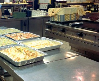 ??  ?? Alimenti Una cucina di un ristorante dove vengono recuperati alimenti da redistribuire ai poveri. In Trentino la beneficenza è in diminuzione