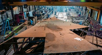 """?? Foto: Sina Schuldt, dpa ?? In einer riesigen Halle in Stemwede entstehen derzeit die Metallteile, die in Berlin zur """"Einheitswippe"""", einer begehbaren Skulp‰ tur, zusammengesetzt werden."""