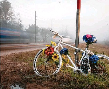 ?? Photos by Jon Shapley / Staff photographer ?? A ghost bike honors Henry Nikolai Benitez in Rosenberg. Benitez, 32, was one of 34 cyclists killed in the region in 2020, a year that saw the trend in biking deaths move farther into Houston's suburbs.