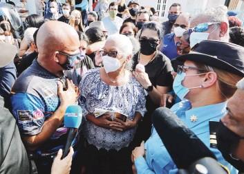 ?? David.villafane@gfrmedia.com ?? ABRAZO SOLIDARIO. Doña María Luisa Díaz, madre del agente Marrero, sacó fuerzas para manifestar el orgullo que siente por su hijo.