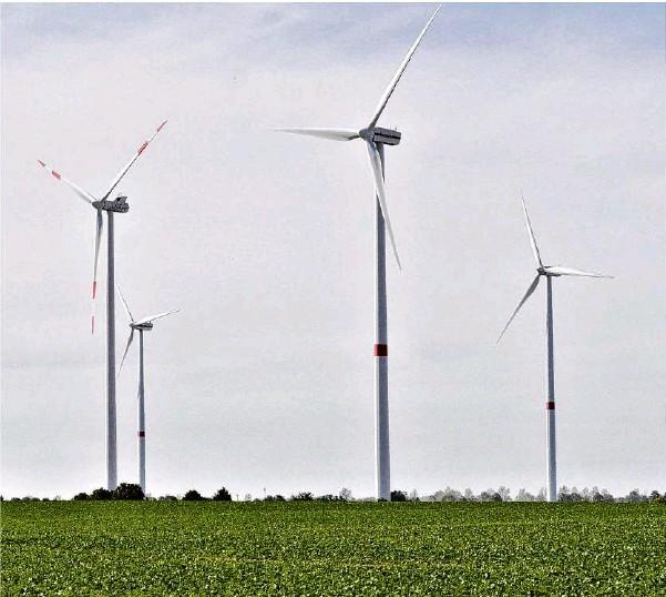 ?? Archivfoto: Jörn Kerckhoff ?? Windräder in Beiersdorf-Freudenberg: Die alten Anlagen sind 85 Meter hoch. Die neuen Bauten sollen dreimal so hoch werden und bis zu 240 Meter in die Höhe schießen.
