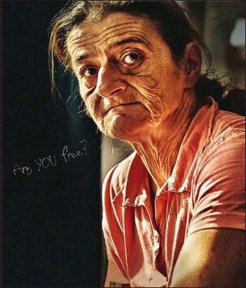 ??  ?? Marish parece una anciana, aunque apenas tiene 53 años. Hasta hace poco, su vida consistía en servir (sin cobrar) en casa de Eta, su ama húngara, y en trabajar en una fábrica por un salario del que solo se beneficiaba su captora.