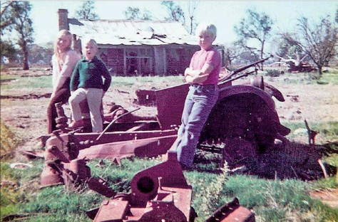 ??  ?? Denise, Martin and Rodney Williams visited the Mt Scobie property with their father Fraser, who inspected the cottage prior to its removal into Kyabram.