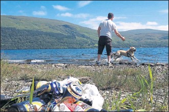 ??  ?? BLOT ON THE LANDSCAPE: Litter has become an eyesore in Loch Lomond national park.