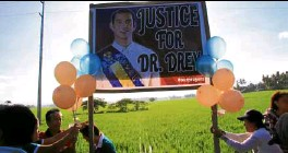 ??  ?? Friends of Dr. Dreyfuss Perlas mark his death anniversary on the spot where he was killed in Kapatagan, Lanao del Norte.