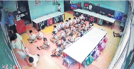 ??  ?? HOW NOT TO TEACH: An image from a video showing a teacher throwing a three-yearold student to the floor in the presence of other staff members at the privately-run Sarasas Witaed Ratchaphruek School in Pak Kret district of Nonthaburi on Wednesday.