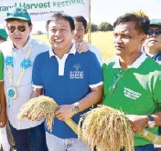 ??  ?? Henry Lim Bon Liong, Agriculture Undersecretary Ariel Cayanan and farmer-cooperator Randy Martin