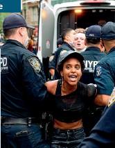 ??  ?? La rabbia Le proteste cominciano il giorno dopo e da Minneapolis si diffondono in moltissime città degli Stati Uniti. La maggior parte sono pacifiche, altre diventano violente, con saccheggi e vandalismi