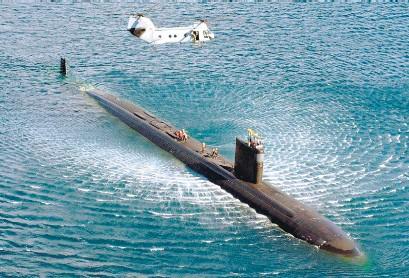 ??  ?? El submarino norteamericano realizó ejercicios con aeronaves británicas.