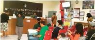 ?? BRIANIKA IRAWATI/JAWA POS ?? TETAP WASPADA: Warga berbondong-bondong untuk mendapatkan pelayanan di kantor Kecamatan Wonokromo kemarin (14/5).
